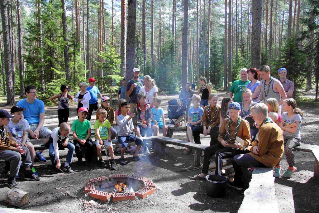Vierailupäivän päivänuotiolla oli paljon osallistujia!