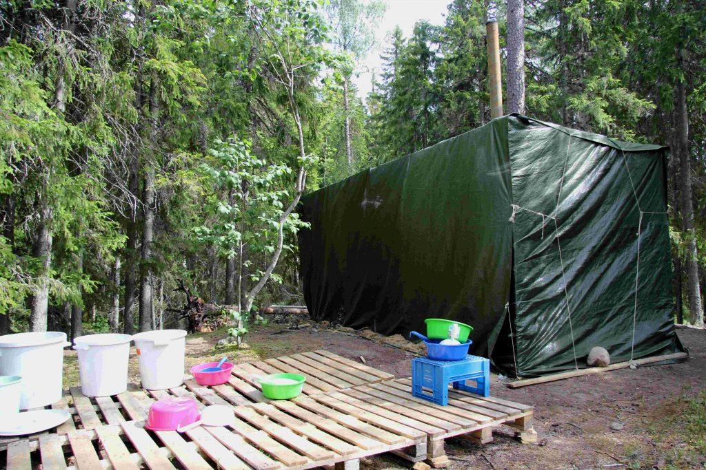 Telttasaunassa sai hyvät löylyt ja pesupaikalla lämmintä vettä.